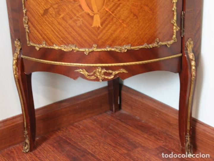 Antigüedades: Antiguo mueble de esquina, caoba, trabajo de marquetería, adornos de bronce y forrado en seda 160 cm - Foto 7 - 286486948