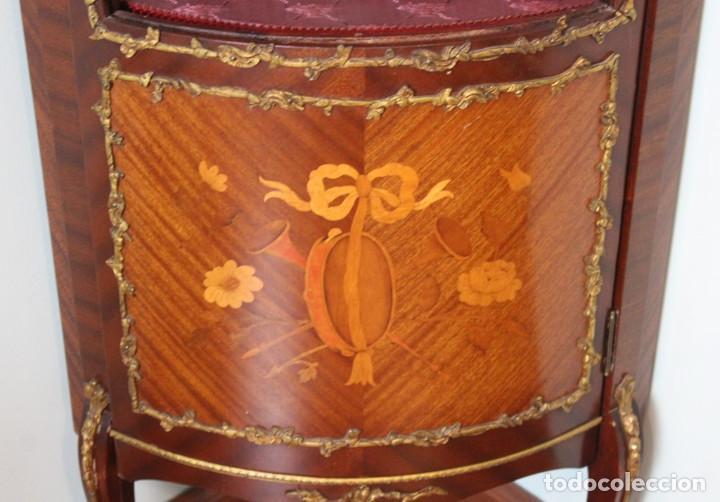 Antigüedades: Antiguo mueble de esquina, caoba, trabajo de marquetería, adornos de bronce y forrado en seda 160 cm - Foto 8 - 286486948