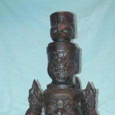 Antigüedades: BELLO PORTAVELAS DE MADERA MACIZA TALLADA CON MASCARAS DE INDONESIA O TAILANDIA 27CM. Lote 286544653