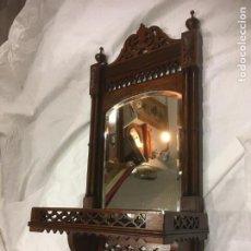 Antigüedades: MUEBLE AUXILIAR DE MADERA CON REPISA Y ESPEJO BISELADO, MIDE 67 X 32 X 19 CMS.BIEN CONSERVADO. Lote 286628288