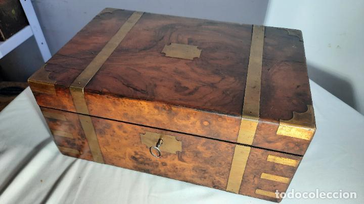MAGNIFCA CAJA ESCRITORIO DE VIAGE SIGLO XIX EN MADERA DE NOGAL Y CAOBA (Antigüedades - Muebles Antiguos - Escritorios Antiguos)
