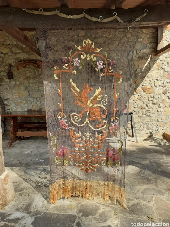Antigüedades: PRECIOSA CORTINA BORDADA A MANO PETIT POINT - GRIFO - SIGLO XIX - Foto 2 - 286716703