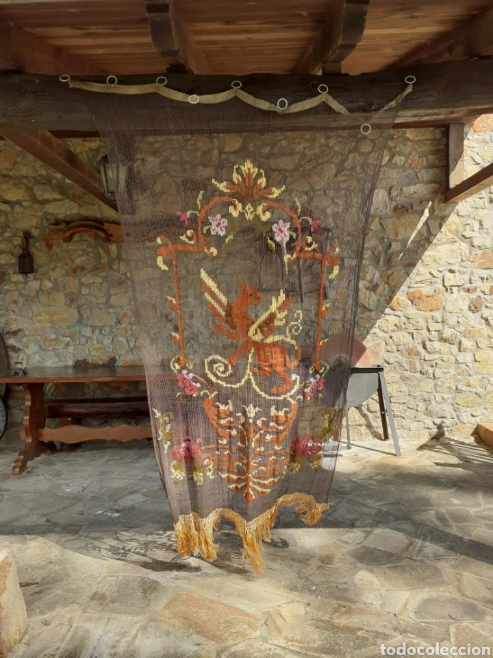Antigüedades: PRECIOSA CORTINA BORDADA A MANO PETIT POINT - GRIFO - SIGLO XIX - Foto 3 - 286716703