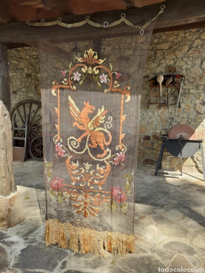 Antigüedades: PRECIOSA CORTINA BORDADA A MANO PETIT POINT - GRIFO - SIGLO XIX - Foto 5 - 286716703