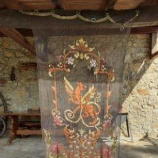 Antigüedades: PRECIOSA CORTINA BORDADA A MANO PETIT POINT - GRIFO - SIGLO XIX. Lote 286716703