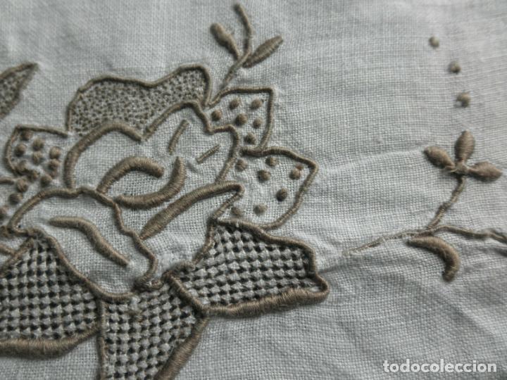 Antigüedades: Increible de bonita,mantel Antiquo.Bordados a mano Richelieu y de Madeira.LINO Beige.120x 120 cm - Foto 2 - 286720258