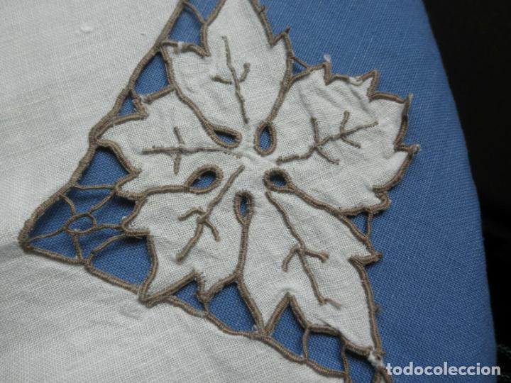 Antigüedades: Increible de bonita,mantel Antiquo.Bordados a mano Richelieu y de Madeira.LINO Beige.120x 120 cm - Foto 3 - 286720258
