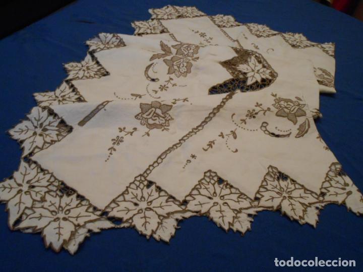Antigüedades: Increible de bonita,mantel Antiquo.Bordados a mano Richelieu y de Madeira.LINO Beige.120x 120 cm - Foto 5 - 286720258