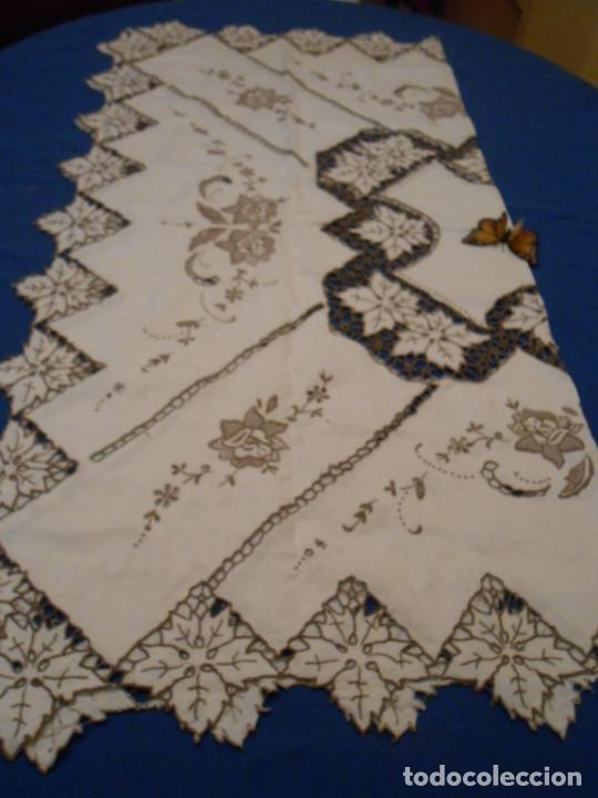 Antigüedades: Increible de bonita,mantel Antiquo.Bordados a mano Richelieu y de Madeira.LINO Beige.120x 120 cm - Foto 6 - 286720258