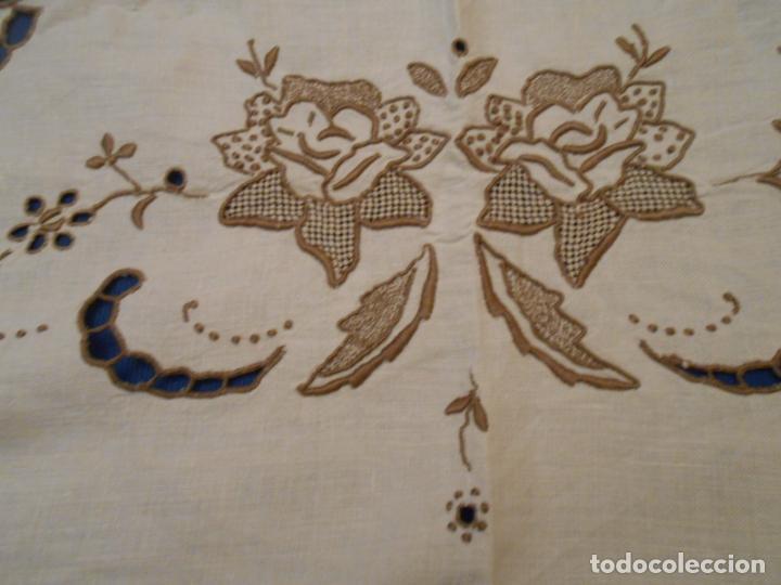 Antigüedades: Increible de bonita,mantel Antiquo.Bordados a mano Richelieu y de Madeira.LINO Beige.120x 120 cm - Foto 7 - 286720258