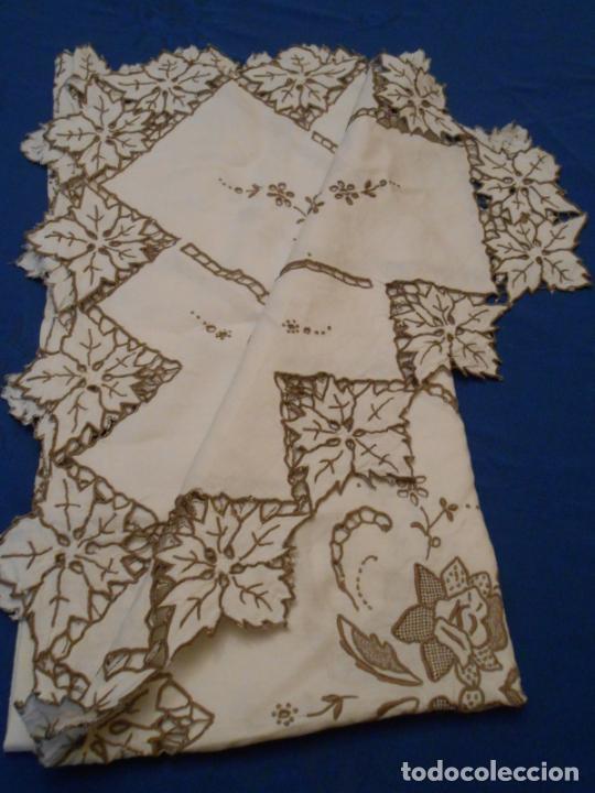 Antigüedades: Increible de bonita,mantel Antiquo.Bordados a mano Richelieu y de Madeira.LINO Beige.120x 120 cm - Foto 8 - 286720258