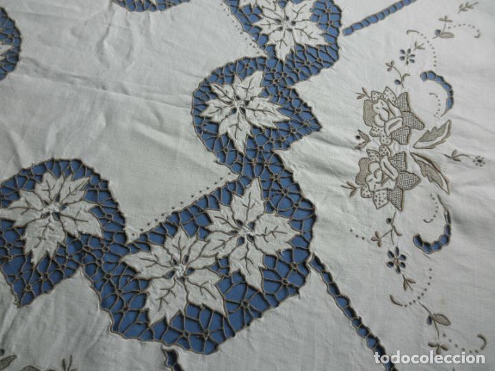 Antigüedades: Increible de bonita,mantel Antiquo.Bordados a mano Richelieu y de Madeira.LINO Beige.120x 120 cm - Foto 11 - 286720258