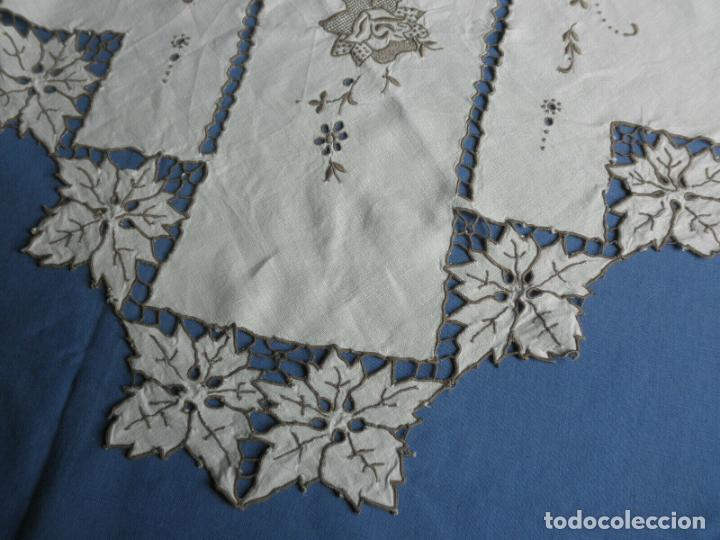 Antigüedades: Increible de bonita,mantel Antiquo.Bordados a mano Richelieu y de Madeira.LINO Beige.120x 120 cm - Foto 12 - 286720258