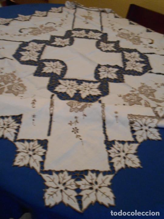 Antigüedades: Increible de bonita,mantel Antiquo.Bordados a mano Richelieu y de Madeira.LINO Beige.120x 120 cm - Foto 13 - 286720258
