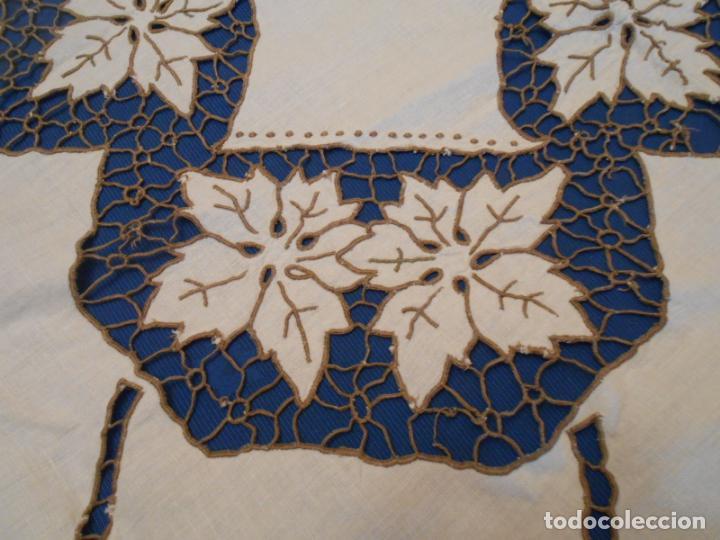 Antigüedades: Increible de bonita,mantel Antiquo.Bordados a mano Richelieu y de Madeira.LINO Beige.120x 120 cm - Foto 14 - 286720258