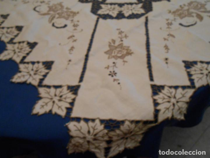 Antigüedades: Increible de bonita,mantel Antiquo.Bordados a mano Richelieu y de Madeira.LINO Beige.120x 120 cm - Foto 16 - 286720258