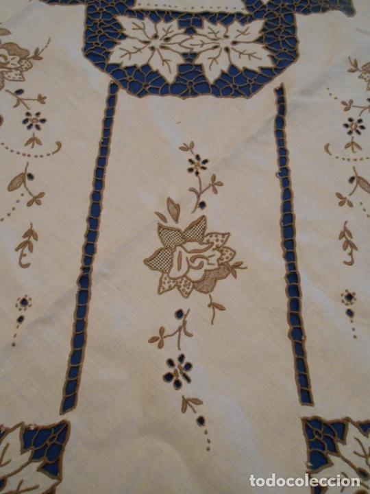 Antigüedades: Increible de bonita,mantel Antiquo.Bordados a mano Richelieu y de Madeira.LINO Beige.120x 120 cm - Foto 17 - 286720258