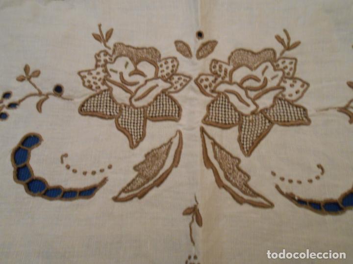 Antigüedades: Increible de bonita,mantel Antiquo.Bordados a mano Richelieu y de Madeira.LINO Beige.120x 120 cm - Foto 19 - 286720258