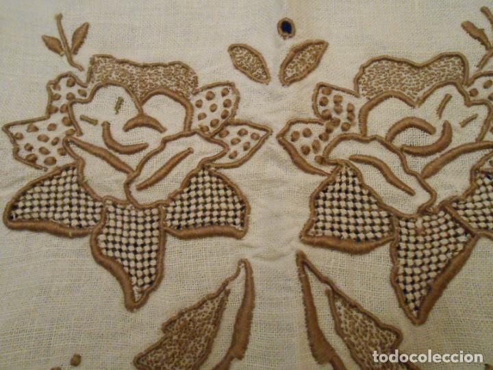 Antigüedades: Increible de bonita,mantel Antiquo.Bordados a mano Richelieu y de Madeira.LINO Beige.120x 120 cm - Foto 20 - 286720258