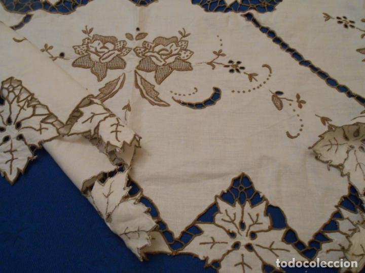 Antigüedades: Increible de bonita,mantel Antiquo.Bordados a mano Richelieu y de Madeira.LINO Beige.120x 120 cm - Foto 21 - 286720258