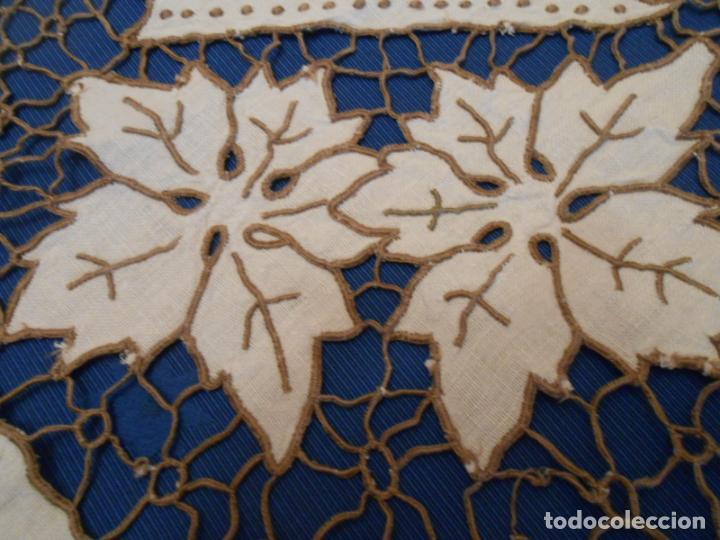 Antigüedades: Increible de bonita,mantel Antiquo.Bordados a mano Richelieu y de Madeira.LINO Beige.120x 120 cm - Foto 22 - 286720258