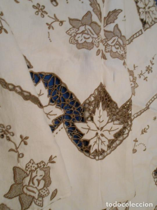 Antigüedades: Increible de bonita,mantel Antiquo.Bordados a mano Richelieu y de Madeira.LINO Beige.120x 120 cm - Foto 23 - 286720258