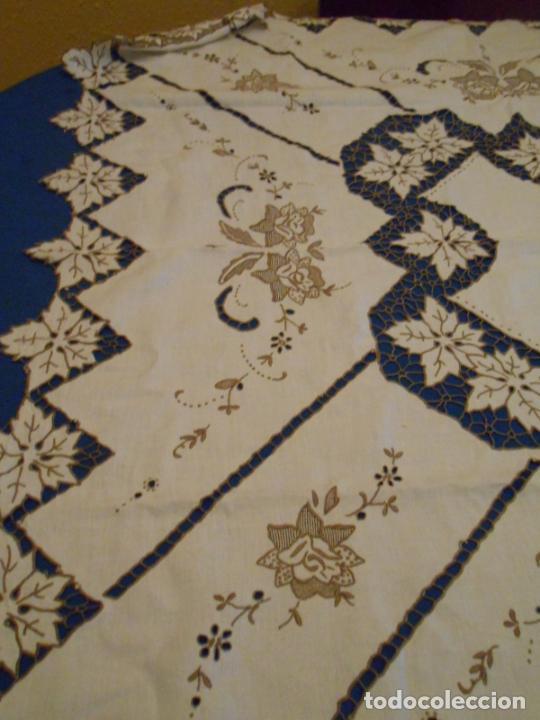 Antigüedades: Increible de bonita,mantel Antiquo.Bordados a mano Richelieu y de Madeira.LINO Beige.120x 120 cm - Foto 24 - 286720258