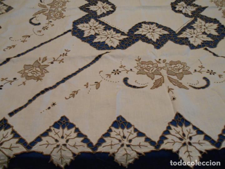 Antigüedades: Increible de bonita,mantel Antiquo.Bordados a mano Richelieu y de Madeira.LINO Beige.120x 120 cm - Foto 25 - 286720258