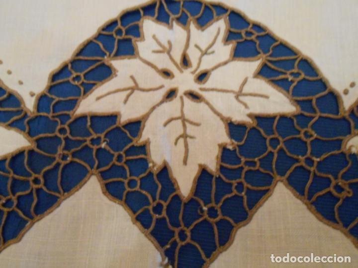 Antigüedades: Increible de bonita,mantel Antiquo.Bordados a mano Richelieu y de Madeira.LINO Beige.120x 120 cm - Foto 26 - 286720258
