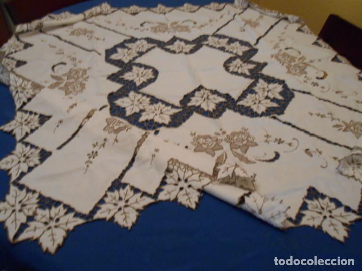 Antigüedades: Increible de bonita,mantel Antiquo.Bordados a mano Richelieu y de Madeira.LINO Beige.120x 120 cm - Foto 28 - 286720258