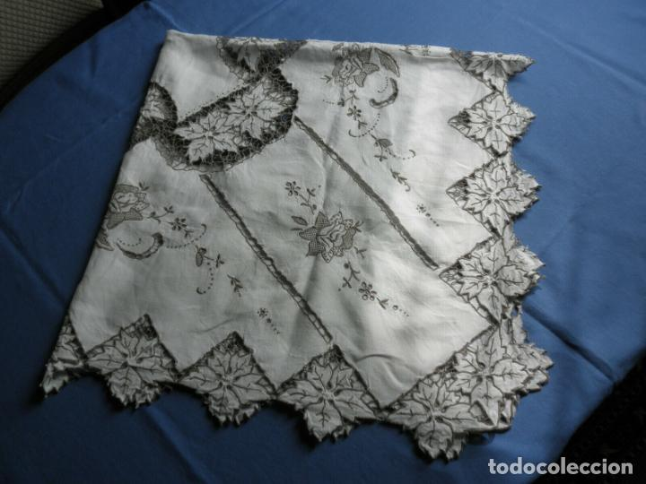 Antigüedades: Increible de bonita,mantel Antiquo.Bordados a mano Richelieu y de Madeira.LINO Beige.120x 120 cm - Foto 29 - 286720258