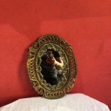 Antiquités: PRECIOSO ESPEJO CON MARCO OVALO DE BRONCE MUY DECORADO. VER LAS MEDIDAS EN FOTOS. Lote 286722903