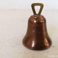 Antigüedades: CAMPANA DE COBRE CON AGARRE DE BRONCE CON GRABADO MONT ST MICHEL, CON BADAJO, UNOS 6 CMS. ALTO. Lote 286722993