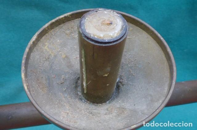 Antigüedades: Candelabro de tres brazos bronce, decada de los 60, origen religioso... - Foto 3 - 286725488