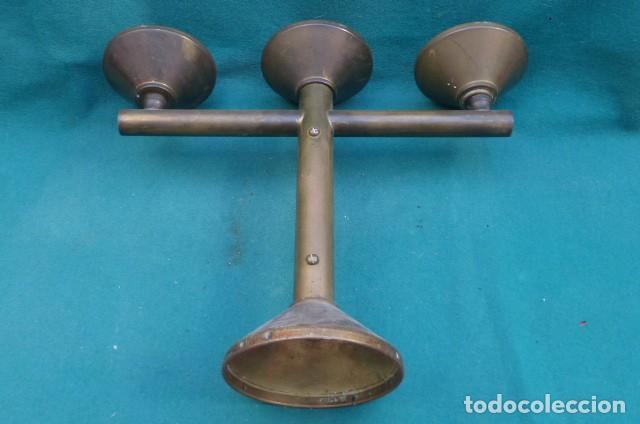 Antigüedades: Candelabro de tres brazos bronce, decada de los 60, origen religioso... - Foto 5 - 286725488