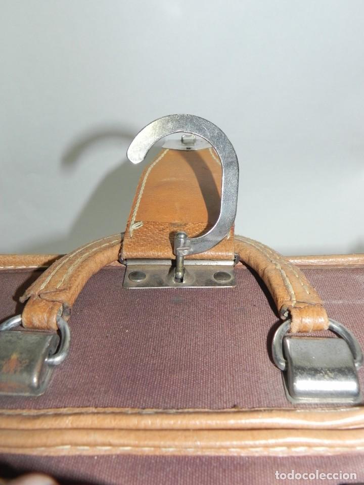 Antigüedades: Excelente maleta portatrajes porta trajes, realizado en piel, tal y como se ve en las fotografias pu - Foto 9 - 286772328