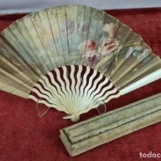 Antigüedades: ORIGINAL ABANICO CON VARILLAJE EN MARFIL Y PAÍS EN TELA PINTADA A MANO. S. XIX. Lote 286788008