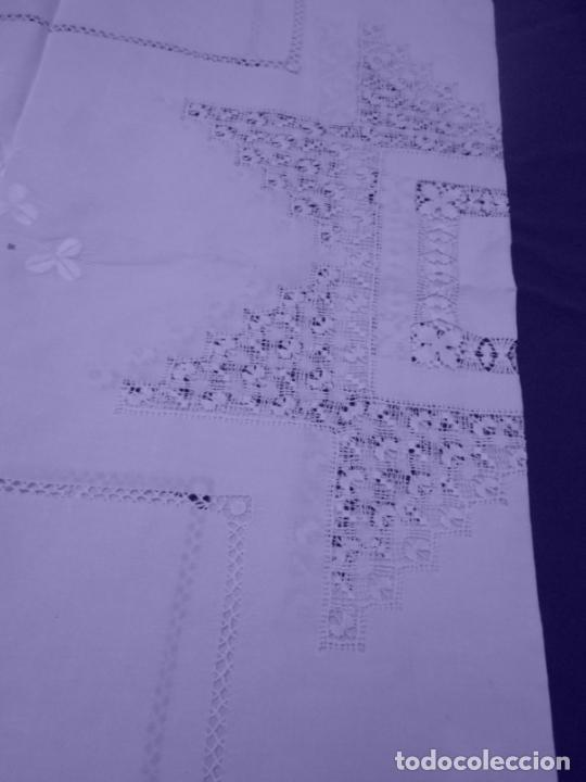 Antigüedades: Mantel Antiquo.Bordados,Vainicas anchas y Ganchillo fino.Beige claro.Lino Irlandés.125 x 125 cm - Foto 3 - 286845218