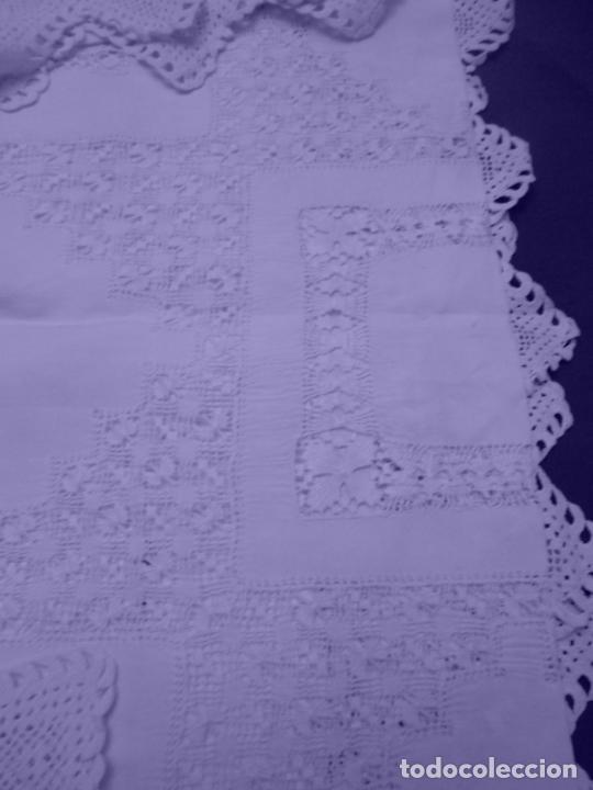 Antigüedades: Mantel Antiquo.Bordados,Vainicas anchas y Ganchillo fino.Beige claro.Lino Irlandés.125 x 125 cm - Foto 4 - 286845218