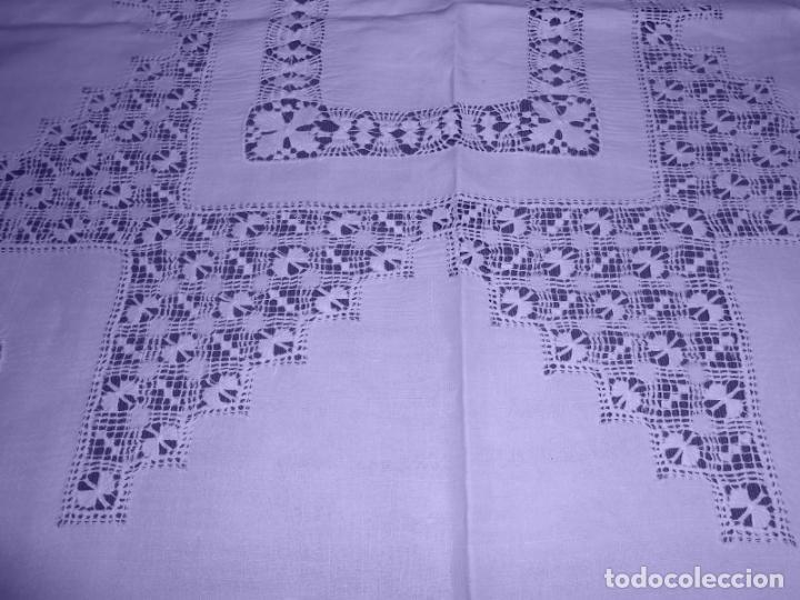 Antigüedades: Mantel Antiquo.Bordados,Vainicas anchas y Ganchillo fino.Beige claro.Lino Irlandés.125 x 125 cm - Foto 9 - 286845218