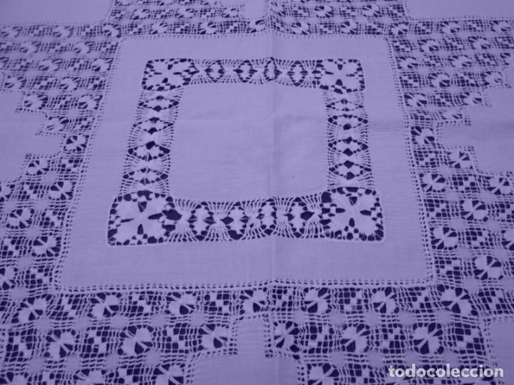 Antigüedades: Mantel Antiquo.Bordados,Vainicas anchas y Ganchillo fino.Beige claro.Lino Irlandés.125 x 125 cm - Foto 10 - 286845218