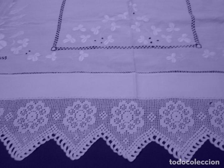 Antigüedades: Mantel Antiquo.Bordados,Vainicas anchas y Ganchillo fino.Beige claro.Lino Irlandés.125 x 125 cm - Foto 13 - 286845218