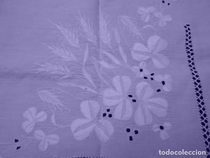 Antigüedades: Mantel Antiquo.Bordados,Vainicas anchas y Ganchillo fino.Beige claro.Lino Irlandés.125 x 125 cm - Foto 17 - 286845218