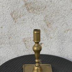 Antigüedades: CANDELERO SOBREMESA DORADO S XVII XVIII 21X13X13CMS. Lote 286863583