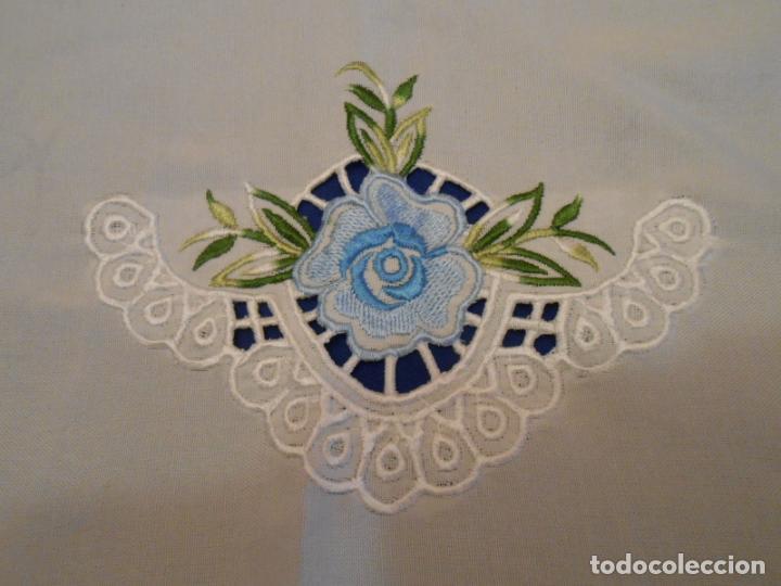 Antigüedades: Antiquo Manteles 3 piezas.Blanco Roto y Azul.Bordado Flores Azul .Usado. 160 cm diametro circular. - Foto 3 - 286871768