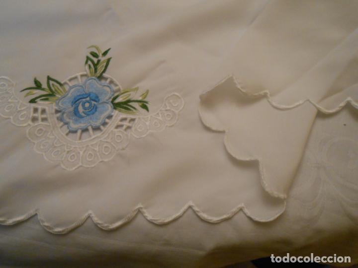 Antigüedades: Antiquo Manteles 3 piezas.Blanco Roto y Azul.Bordado Flores Azul .Usado. 160 cm diametro circular. - Foto 4 - 286871768