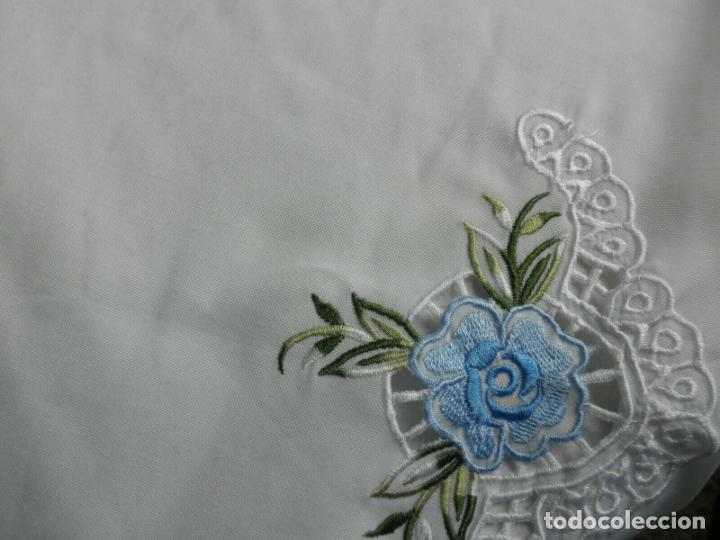 Antigüedades: Antiquo Manteles 3 piezas.Blanco Roto y Azul.Bordado Flores Azul .Usado. 160 cm diametro circular. - Foto 5 - 286871768