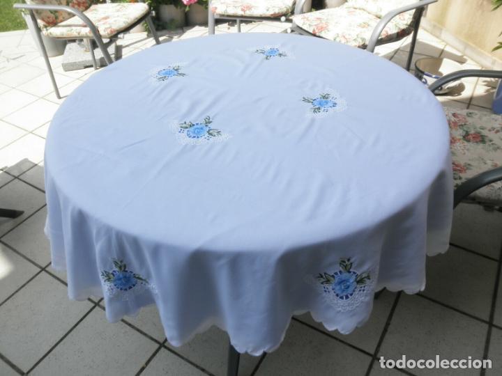 Antigüedades: Antiquo Manteles 3 piezas.Blanco Roto y Azul.Bordado Flores Azul .Usado. 160 cm diametro circular. - Foto 9 - 286871768
