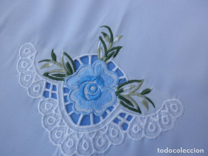 Antigüedades: Antiquo Manteles 3 piezas.Blanco Roto y Azul.Bordado Flores Azul .Usado. 160 cm diametro circular. - Foto 10 - 286871768
