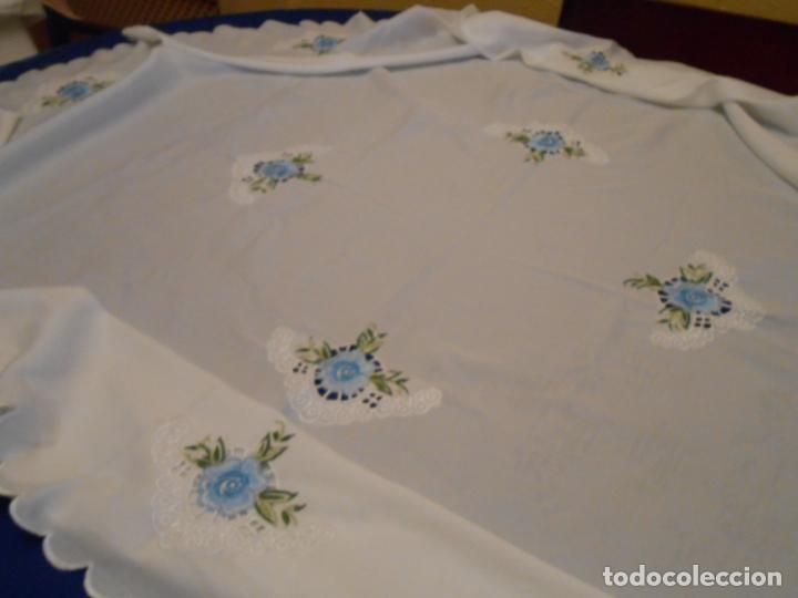 Antigüedades: Antiquo Manteles 3 piezas.Blanco Roto y Azul.Bordado Flores Azul .Usado. 160 cm diametro circular. - Foto 11 - 286871768